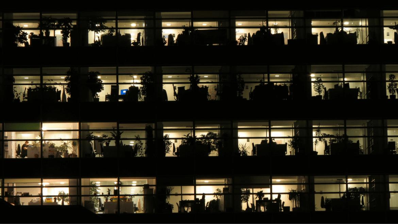 Bureaux illuminés de l'intérieur pendant la nuit