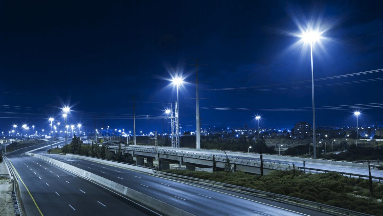 Route éclairée par des éclairages de rue DEL