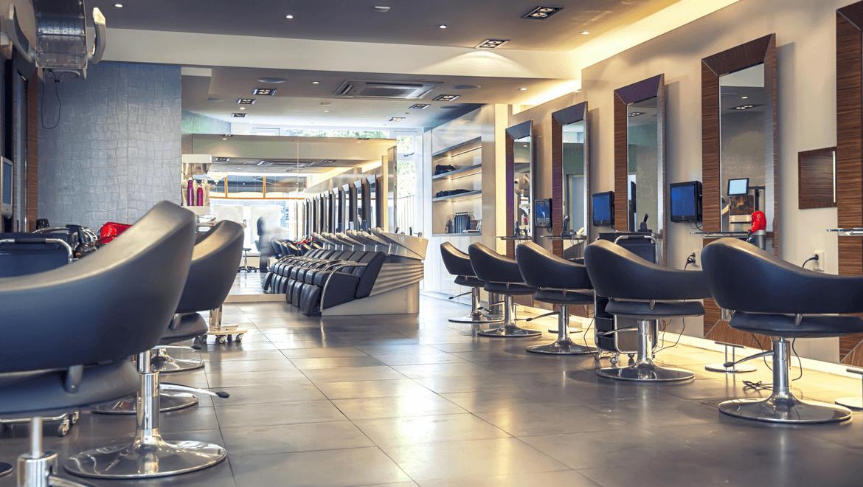Salon de coiffure avec chaises et mirroirs éclairés