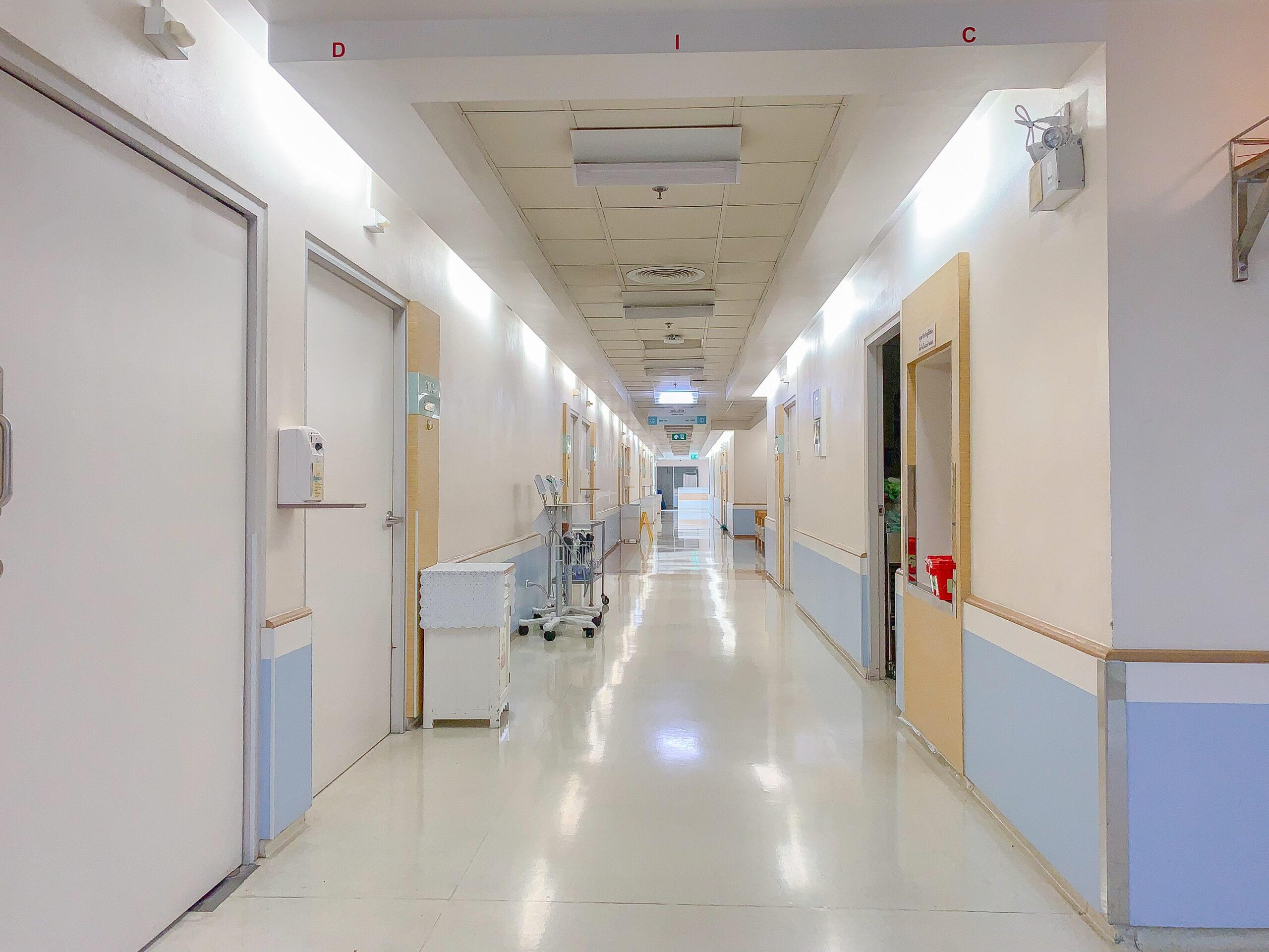 Des phares satellites d'urgence sont utilisés dans un hôpital pour éclairer un corridor