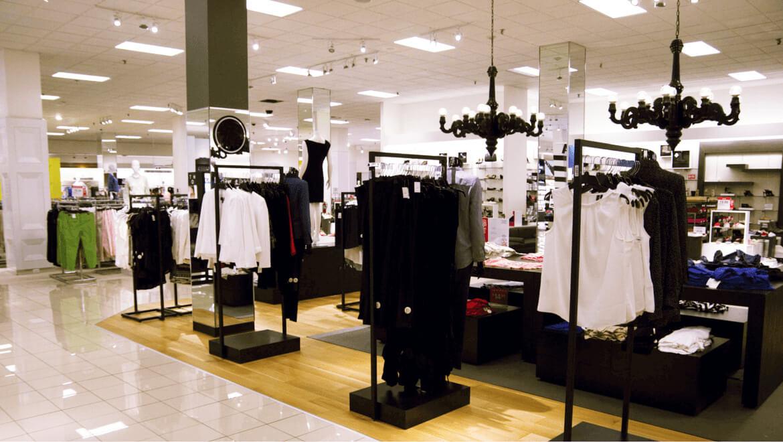éclairage DEL pour améliorer la visibilité des vêtements du magasin